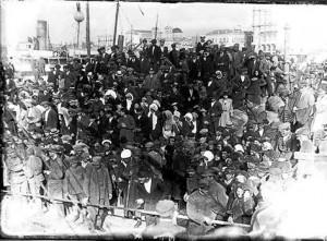 Μικρασιάτες προσφυγες στο λιμάνι.